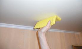 Как правильно помыть натяжной потолок